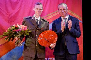 Primátor Banskej Bystrice Ján Nosko (vpravo) oceňuje športovú osobnosť mesta pre rok 2016 - rýchlochodca Mateja Tótha (vľavo).
