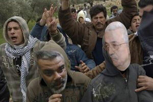 Palestínčania s maskami  šéfa Hamasu Haníju a šéfa Fatahu Abbása.
