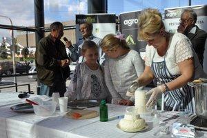 Výroba masla počas nedávneho festivalu Agrofilm.
