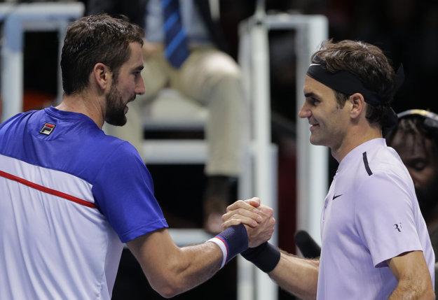 Marin Čilič (vľavo) blahoželá Rogerovi Federerovi k víťazstvu.