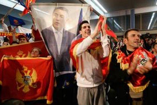 Čiernohorci oslavujú volebného víťaza. Koho iného, ako Mila Djukanoviča.