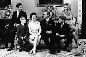 Na snímke z 20. novembra 1972 kráľovná Alžbeta II. a princ Philip so svojimi deťmi pri príležitosti striebornej svadby v Buckhinghamskom paláci v Londýne. Zľava princ Charles, princ Edward (8 rokov), kráľovná Alžbeta II., princ Philip, princ Andrew (12 rokov) a princezná Anne (22 rokov).