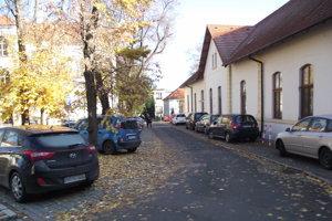 Autá parkujú aj na chodníku.