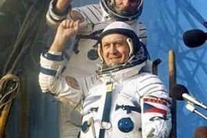 Kozmonauti Vladimír Remek (v popredí) a Alexej Gubarev nastupujú do kozmickej lode Sojuz 28 z kozmodromu Bajkonur.