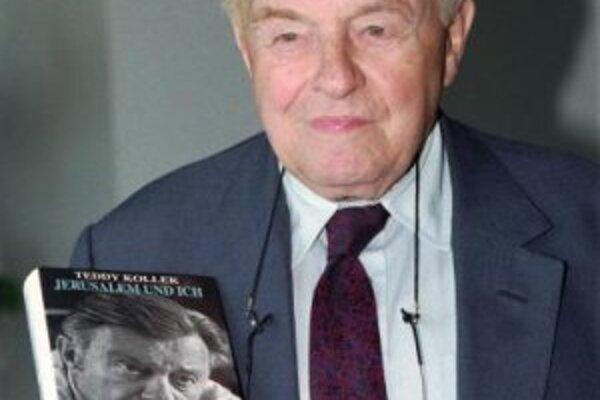 """Teddy Kolek so svojou knihou """"Jeruzalem a ja""""."""