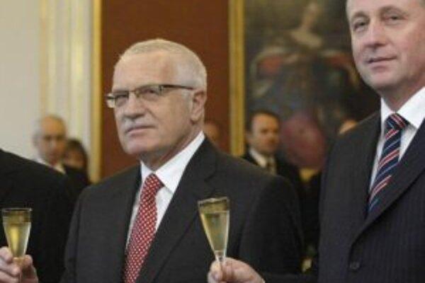 Prezident Václav Klaus (vľavo) a premiér Mirek Topolánek po tom, čo prezident 9. januára na Pražskom hrade menoval druhú Topolánkovu vládu.