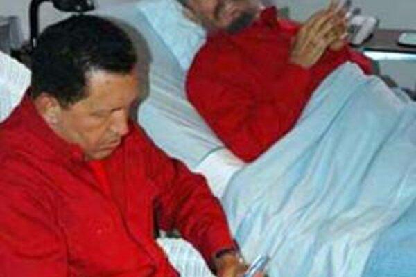 Kubánsky líder Fidel Castro (vpravo), ktorého prišiel navštíviť venezuelský prezident Hugo Chávez na archívnej snímke z 14. augusta 2006 v havanskej nemocnici.