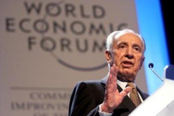 Podpredseda vlády a bývalý šéf izraelskej diplomacie Šimon Peres počas Svetového ekonomického fóra vo švajčiarskom Davose, 25. januára 2007.