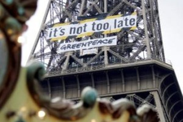 Na snímke z 29. januára 2007 je obrovský transparent, ktorý zavesili aktivisti environmentálnej organizácie Greenpeace na Eiffelovú vežu v Paríži, aby protestovali proti 4-dňovému stretnutiu svetových odborníkov na klímu. Správu Medzivládneho panelu pre k