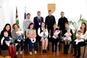Spoločná fotografia rodičov snajmenšími občanmi astarostom obce.