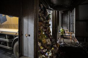 Do spaľovne odpadu privezú zmesový komunálny odpad nákladné smetiarske autá.