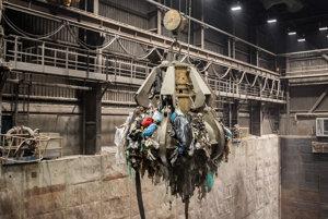 Pomocou ramena žeriavnik najprv premiešava a premiestňuje dovezený odpad. Predchádza tak možnému nahromadeniu jedného druhu odpadu na jednom mieste.