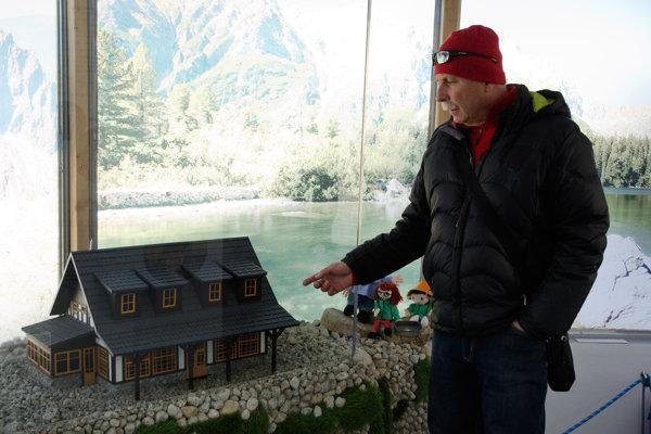 Autor miniatúr výtvarník Peter Trembáč z Popradu počas výstavy miniatúr tatranských chát v bývalých rozhodcovských vežiach na Hrebienku vo Vysokých Tatrách.