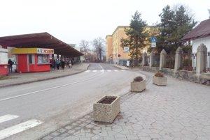 O rušnú ulicu J. Kačku sa približne na polovicu delia mesto Ružomberok aobec Likavka.