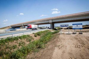Križovatka Blatné na diaľnici D1 ešte počas výstavby.