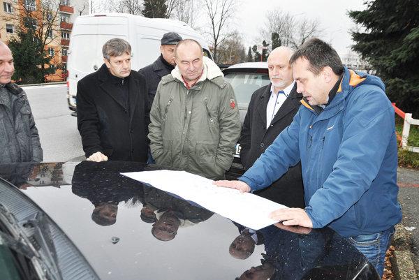 Stretnutie zástupcov mesta, Slovenskej správy ciest a Žilinského samosprávneho kraja v Dolnom Kubíne. Aj tu hrozí kolaps dopravy.