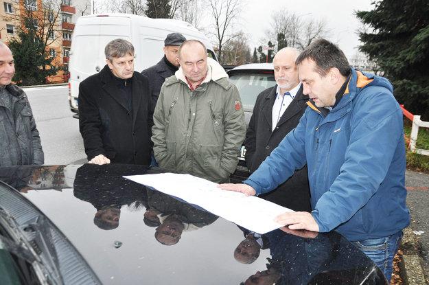 Stretnutie pri križovatke. Prišli zástupcovia mesta, Slovenskej správy ciest aŽilinského samosprávneho kraja.