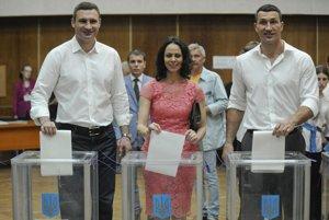 Prezidentské voľby na UkrajineVoliť prišiel aj bývalý kandidát Vitalij Kličko (vľavo), so svojou manželkou Nataliou a bratom, známym boxerom Vladimirom Kličkom.