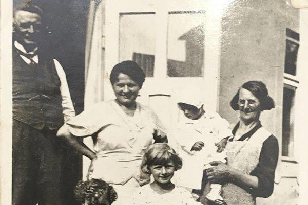 Dievčatko v strede je stará mama Mareka Tettingera, ktorý je spolu s Jurajom Snopekom autorom knihy Ako si zostaviť rodokmeň.