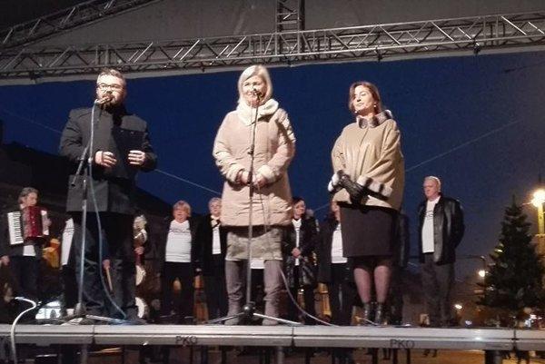 Na otvorení trhov. Primátorka (vpravo) s riaditeľkou PKO Editou Hudákovou.