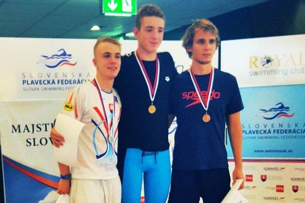 Tomáš Peciar (v strede) po triumfe na 800 m voľný spôsob.