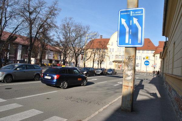 Dopravná značka pred križovatkou. Mnohí vodiči ju nesledujú, jazdia po pamäti.