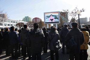 Severokórejčania sledujú správu o novom teste.