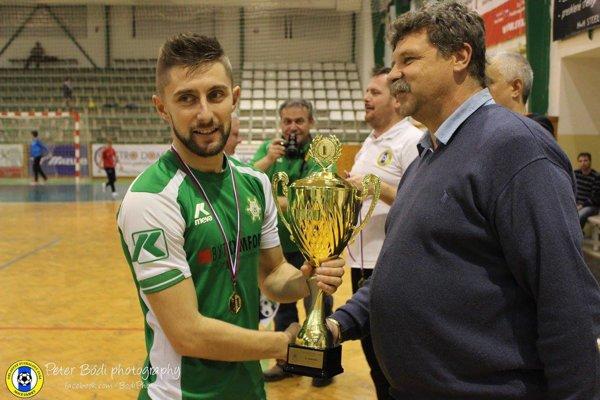 Pohár pre víťazov prebral zrúk člena výkonného výboru ObFZ Nové Zámky Ľuboša Marciho kapitán FKM na turnaji Ihor Lovska.