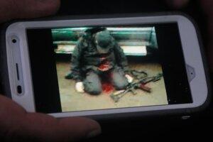 Fotografia zastreleného muža, ktorý prišiel o život pri zásahu bezpečnostných jednotiek neďaleko Slovjansku.