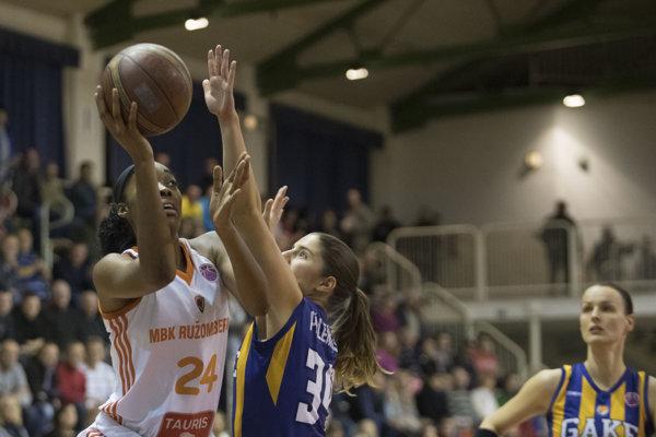 Na snímke zľava Taijah Campbell (Ružomberok) a Marta Páleníková (Košice) počas zápasu B-skupiny Európskeho pohára FIBA v basketbale žien MBK Ružomberok - Good Angels Košice.