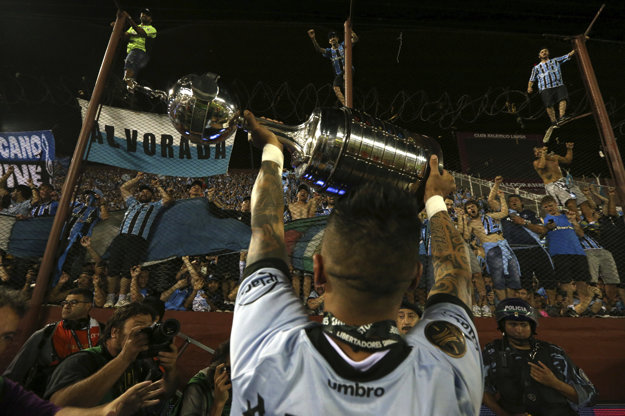 Hráč Gremia Lucas Barrios s trofejou pre víťaza Pohára osloboditeľov.