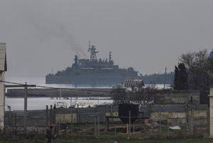 Ruská vojnová loď Georgij Pobedonosec pristáva v prístave v meste Sevastopoľ, kde sídli ruská Čiernomorská flotila na polostrove Krym.
