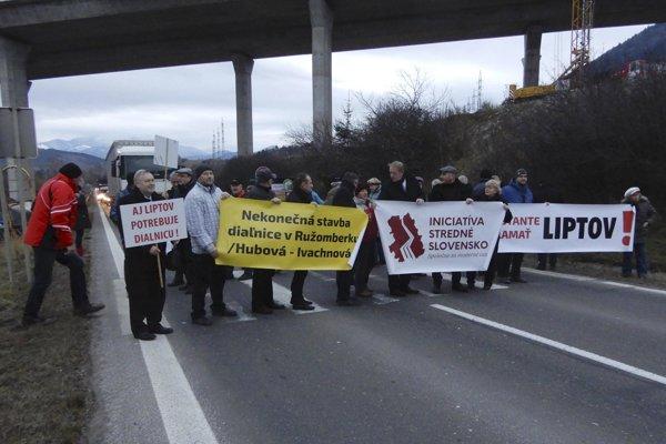 Protestujúci sa postavili na priechod pre chodcov pod budúcim diaľničným nadjazdom .