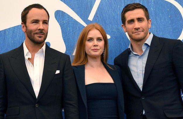 Tom Ford, Amy Adamsová a Jake Gylenhaal pri promovaní filmu Nočné zvieratá.