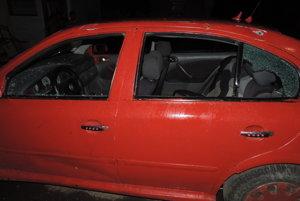 Jedno z poškodených áut.