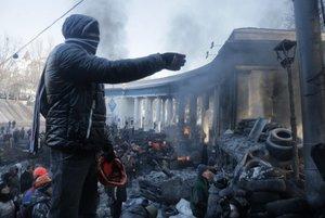 Protesty na Ukrajine aj naďalej pokračujúDemonštrant pred vchodom do futbalového klubu Dynamo Kyjev.