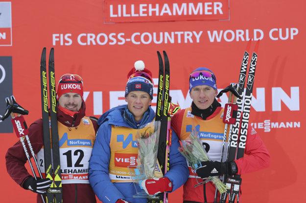 V mužských pretekoch opäť triumfoval Nór Johannes Hösflot Klaebo (uprostred).