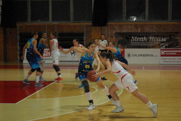 Najlepšia hráčka zápasu Jana Matejčíková pri lopte v útočnom prieniku.