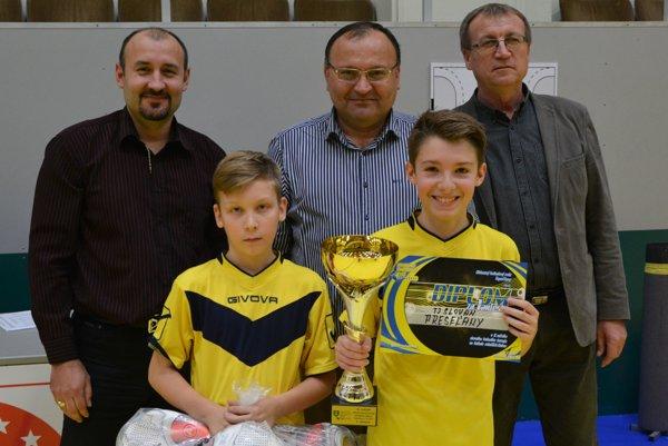 Halový turnaj mladších žiakov ovládli mladí futbalisti z Preselian.