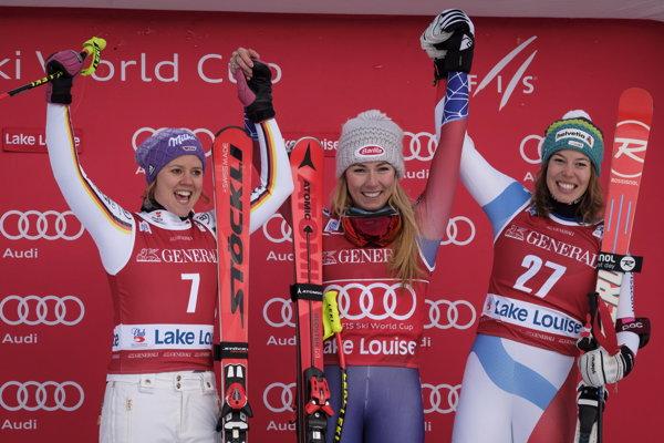 Mikaela Shiffrinová (uprostred) dominuje ženskému lyžovaniu.