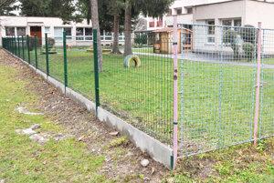 Nový plot sa spája so starým.
