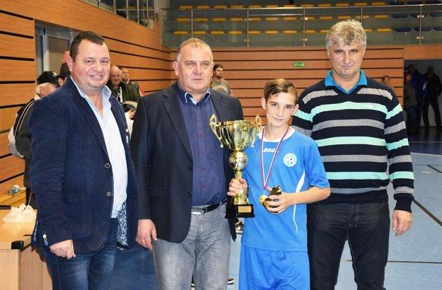 Najlepší strelec turnaja Denis Koleno s pohárom za víťazstvo nitrianskeho výberu.