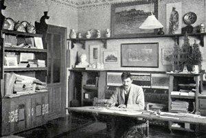 Dušan Jurkovič vo svojej pracovni zariadenej nábytkom podľa vlastného návrhu.