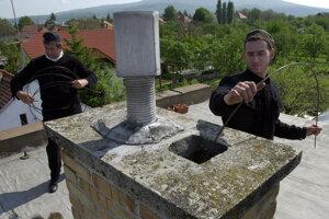 Pravidelným čistením komína môžete požiarom predísť.