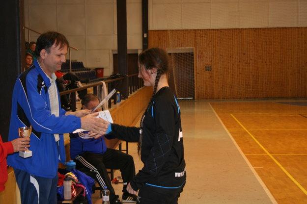 Ocenenie za II. miesto preberá zrúk prezidenta FC Union brankárka Monika Vojtelová.