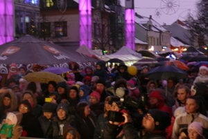 Pred pódiom na Divadelnom námestí. Aj napriek daždivému počasiu prišlo do centra mesta veľa ľudí so svojími ratolesťami.