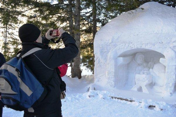 Snehový betlehem každý rok láka množstvo turistov.