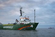 Loď Arctic Sunrise sa blíži k ropnej plošine Prirazlomnaja.