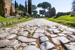 Starovekú cestu zväčša pokrýva novšia dlažba, no na mnohých úsekoch stále nájdeme pôvodné čadičové kamene.