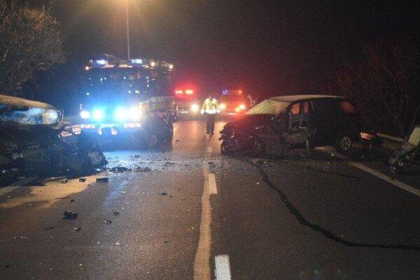 Po čelnej zrážke zostali v autách zakliesnení  dvaja vodiči.